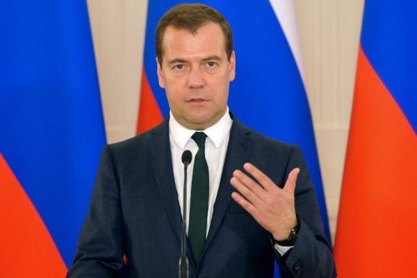 Дмитрий Медведев на фоне флагов фото Правительства