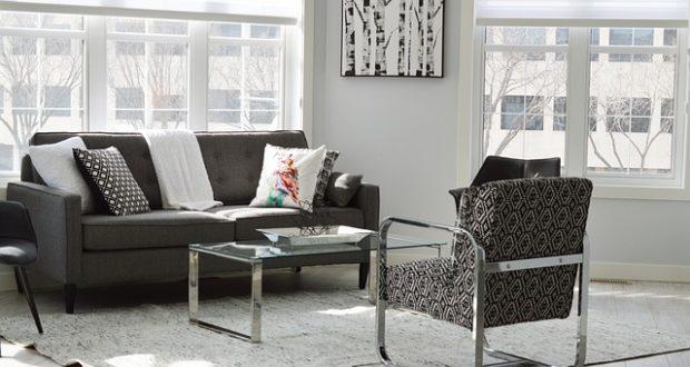 Интерьер дома в едином стиле, деревянная и металлическая мебель в интерьере .